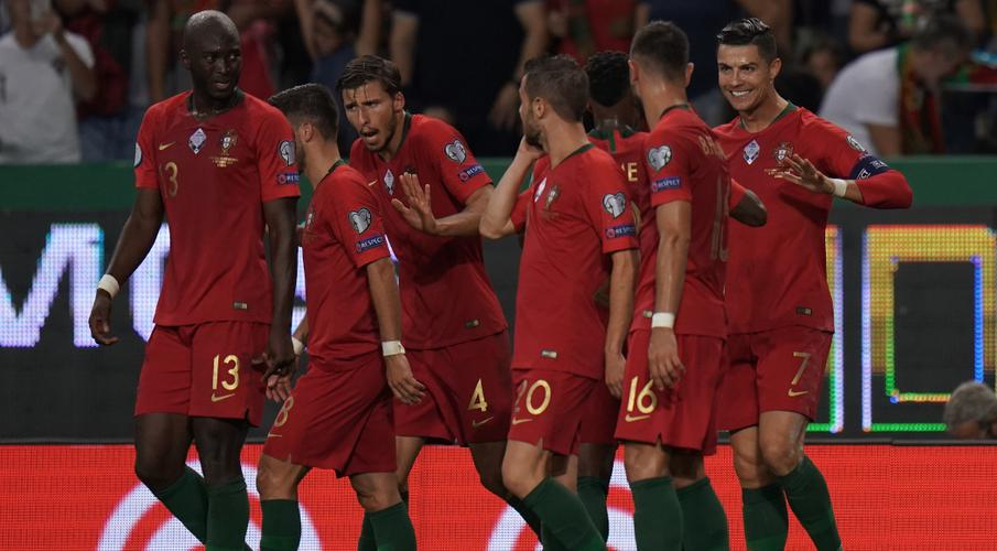 England lose to Czechs as Ronaldo nears 700 goals