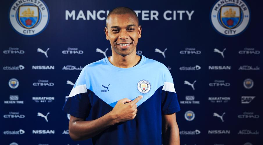 Fernandinho signs year-long Man City extension