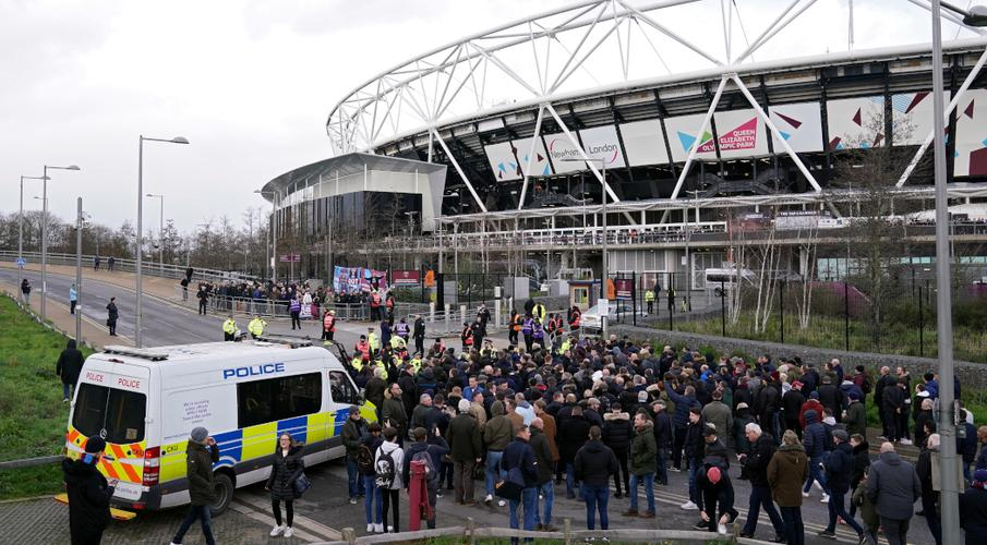 Police want power to call off English season if fans break rules