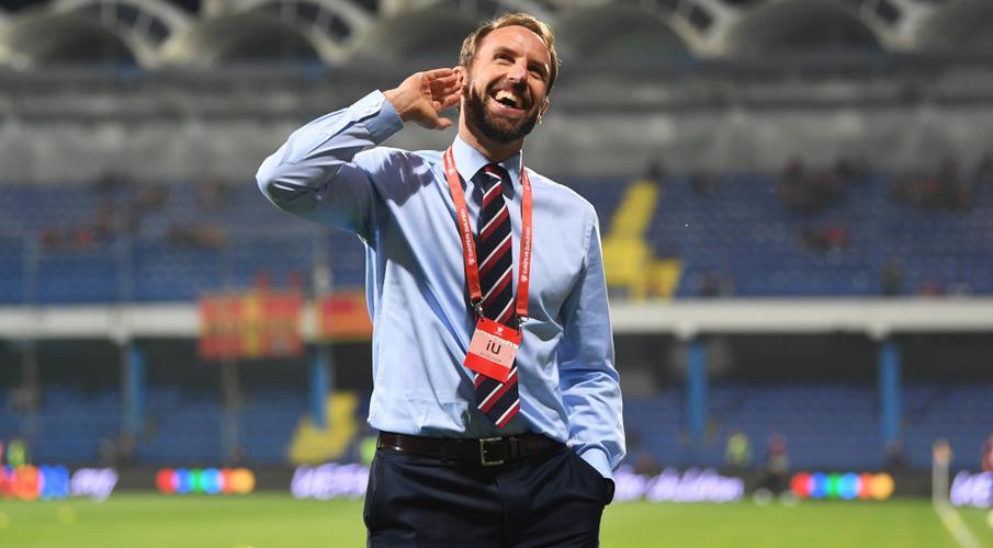Southgate bảo vệ quyết định chọn cầu thủ từ các câu lạc bộ Manchester Gareth-Southgate-gestures-G-1050