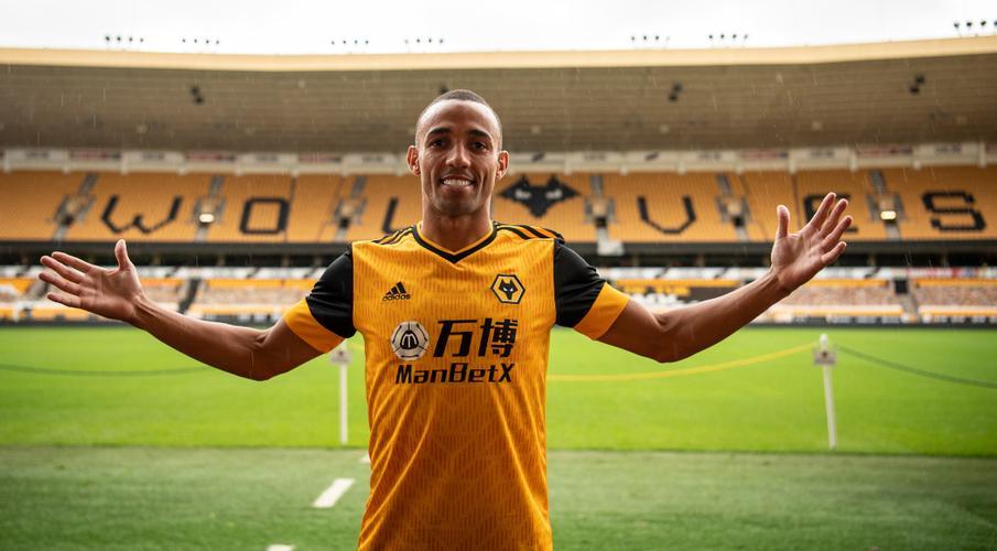 Wolves ký hợp đồng với hậu vệ trái Marcal từ Lyon theo hợp đồng hai năm Marcal-200906-Presentation-Posing-G1050