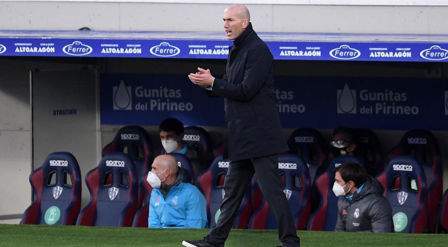 Real chiến đấu lại có Zidane mỉm cười trở lại sau khi bùng nổ Zinedine-Zidane-210206-Applauds-G-1050
